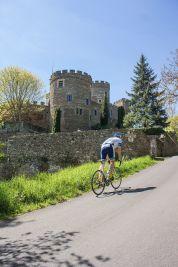 Cyclo devant le château de Chouvigny © L'Acheteur Cycliste