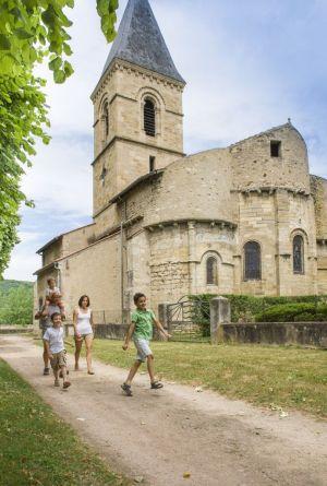 Balade en famille devant l'église de Jenzat © Luc OLIVIER / CDT 03