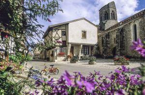 Village médiéval de Charroux © Luc OLIVIER / CDT 03