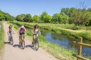 Vélo le long du canal de Berry © Luc OLIVIER / CDT 03