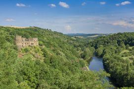 Le château de Chouvigny dans la vallée de la Sioule © Luc Olivier
